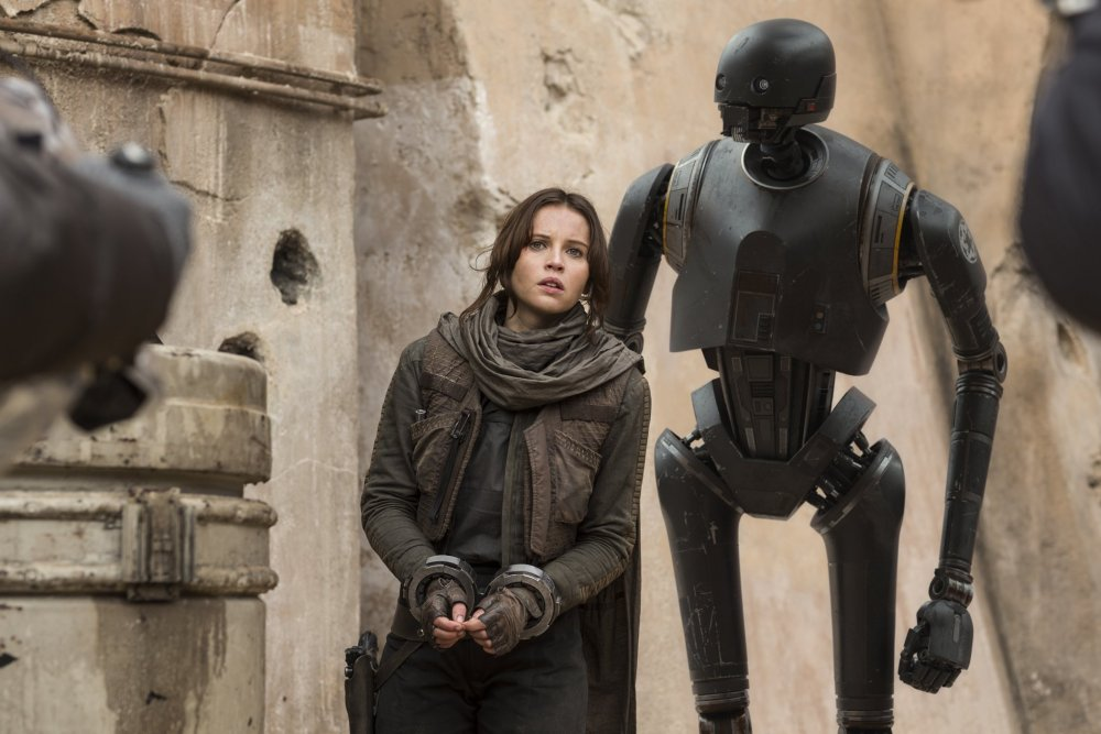 star-wars-rogue-one-2016-002-felicity-jones-with-droid